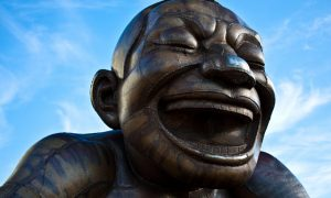 Las estatuas de Yue Minjun en English Bay Beach, Vancouver.